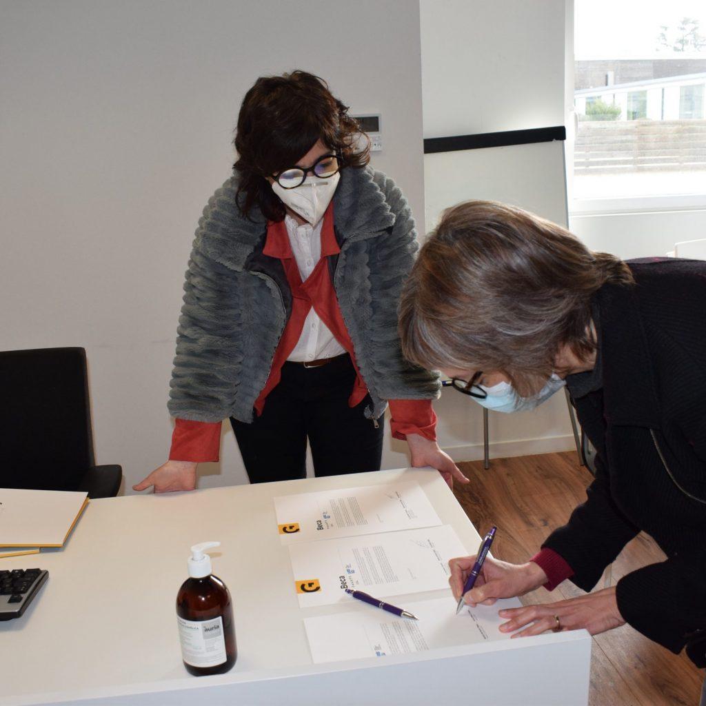 Membre De L'associació Fem Catalunya Signant La Beca